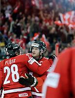 Martin Pluess (SUI) und Mark Streit (SUI) jubeln nach dem 1:0. © Manu Friederich/EQ Images