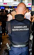 Rotterdam - Reizigers op de luchthavens van Rotterdam en Eindhoven moeten vandaag opnieuw rekening houden met vertraging. De marechaussee houdt vandaag, morgen en overmorgen weer stiptheidsacties.Marechaussees zullen onder meer de wet- en regelgeving strikt naleven. Door uitgebreide paspoortcontroles kunnen de wachtrijen oplopen. ROBIN UTRECHT<br /> airport airport stiptheidsacties bagageafhandeling bewaken bouwwerk burgerluchtvaart cocaine controle de de marechaussees den den haag diensten dienstensec discriminatie douane douane drugs drugscontrole drugs drugsbezit drugscontrole haag hague haque illegaal kamer man mannen marechaussees onderschept pistoo rotterdam softdrugs stiptheidsacties the the hague the haque tweede tweede kamer verboden vrouw vrouwen wapen xtc