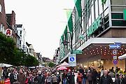 Duitsland, Kleef, 9-11-2008Drukke winkelstraat in het centrum van deze stad vlakbij Nijmegen. Het is koopzondag en veel nederlanders gaan hier inkopen doen.Foto: Flip Franssen/Hollandse Hoogte