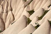 Turkije, Goreme, 7-6-2011De bizarre rotsformaties van cappadocie zijn een toeristische trekpleister. In het gebied leefden al in de eerste eeuwen na christus christenen die er hun kloosters en kerken in de zachte kalksteen uithouwden. Foto: Flip Franssen