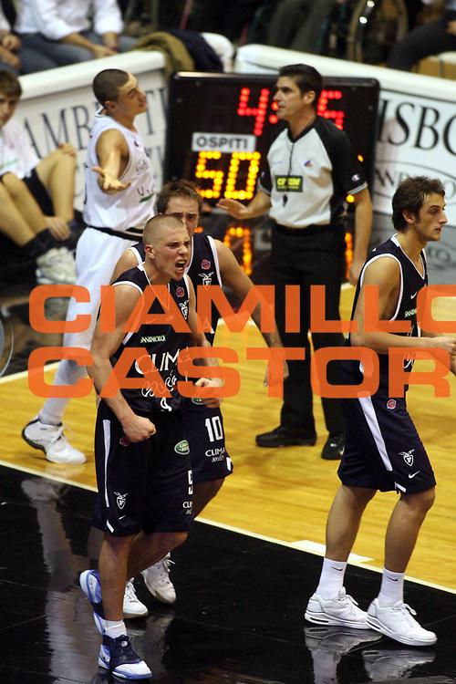 DESCRIZIONE : Bologna Lega A1 2006-07 VidiVici Virtus Bologna Climamio Fortitudo Bologna <br /> GIOCATORE : Hamann <br /> SQUADRA : Climamio Fortitudo Bologna <br /> EVENTO : Campionato Lega A1 2006-2007 <br /> GARA : VidiVici Virtus Bologna Climamio Fortitudo Bologna <br /> DATA : 29/10/2006 <br /> CATEGORIA : Esultanza <br /> SPORT : Pallacanestro <br /> AUTORE : Agenzia Ciamillo-Castoria/G.Ciamillo