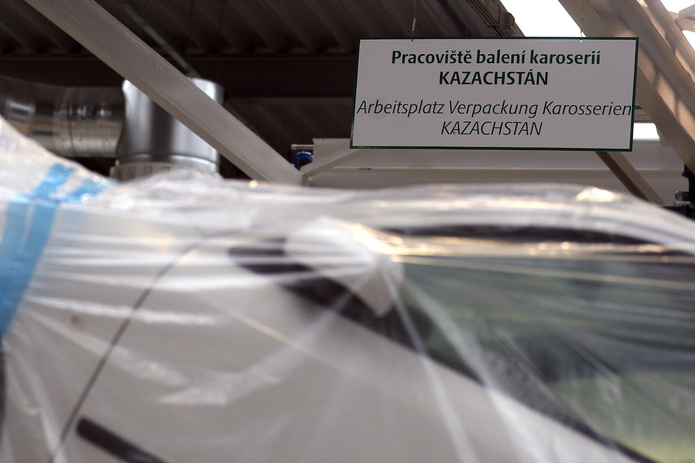 Mlada Boleslav/Tschechische Republik, Tschechien, CZE, 19.03.07: F&uuml;r den Export nach Kazachstan in Folie verpackte Skoda Octavia Karosserie auf dem Werksgel&auml;nde der Skoda Auto Fabrik in Mlada Boleslav. Der tschechische Autohersteller Skoda ist ein Tochterunternehmen der Volkswagen Gruppe.<br /> <br /> Mlada Boleslav/Czech Republic, CZE, 19.03.07: Detail of Skoda Octavia car body-frame on packaging line at Skoda Car factory in Mlada Boleslav. Czech car producer Skoda Auto is subsidiary of the German Volkswagen Group (VAG).