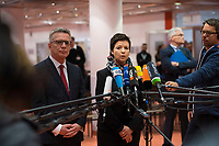 DEU, Deutschland, Germany, Berlin, 06.12.2017: BAMF-Präsidentin Jutta Cordt und Bundesinnenminister Dr. Thomas de Maiziere (CDU) zu Besuch im Bundesamt für Migration und Flüchtlinge (BAMF). Sie informieren sich zu neuen IT-Assistenzsystemen, die seit September 2017 im BAMF zum Einsatz kommen. Diese Assistenzsysteme (u.a. Bildbiometrie, und das Auslesen von mobilen Datenträgern) leisten Hilfestellung bei der Identitätsfeststellung und -plausibilisierung von Asylantragstellern.
