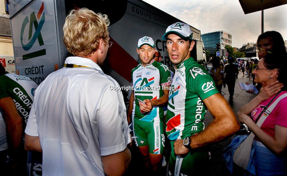 Paris, 20080727: Thor Hushovd (t.v.) og William Bonnet etter siste etappe av Tour de France.....Foto: Daniel Sannum Lauten/Dagbladet