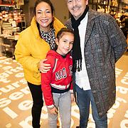 NLD/Amstelveen/20181109- Boekpresentatie Jim Bakkum 'Dadoe en zijn vriendjes' , Nurlaila Karim met partner Muriel Wolda en dochter Julia