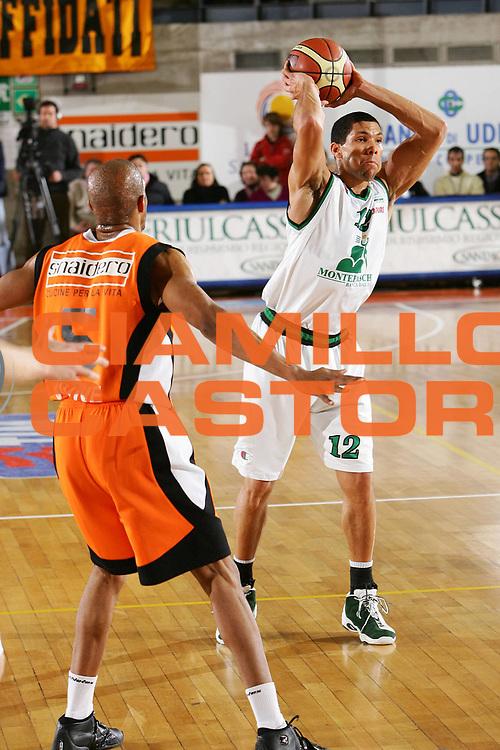 DESCRIZIONE : Udine Lega A1 2005-06 Snaidero Udine Montepaschi Siena <br /> GIOCATORE : Hamilton <br /> SQUADRA : Montepaschi Siena <br /> EVENTO : Campionato Lega A1 2005-2006 <br /> GARA : Snaidero Udine Montepaschi Siena <br /> DATA : 05/03/2006 <br /> CATEGORIA : Passaggio <br /> SPORT : Pallacanestro <br /> AUTORE : Agenzia Ciamillo-Castoria/S.Silvestri