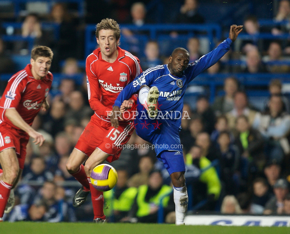LONDON, ENGLAND - Sunday, February 10, 2008: Liverpool's Peter Crouch and Chelsea's Claude Makelele during the Premiership match at Stamford Bridge. (Photo by David Rawcliffe/Propaganda)
