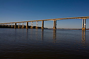 Pedras de Maria da Cruz_MG, Brasil...Ponte sobre o  Rio Sao Francisco em Pedras de Maria da Cruz...The bridge on the Sao Francisco River in Pedras de Maria da Cruz...Foto: LEO DRUMOND /  NITRO