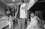 Mukachevo, 13/07/2004: casa per rifugiati e richiedenti asilo politico, nella foto famiglia irachena - refugee family from Iraq. ©Andrea Sabbadini