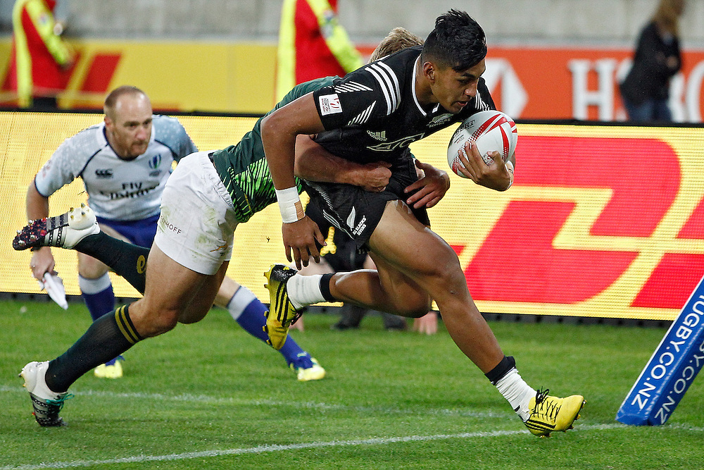 New Zealand's Rieko Ioane, right, runs over the line with South Africa's Kwagga Smith in tow in the cup final at the International Rugby Sevens Tournament at Westpac Stadium, Wellington, New Zealand, Sunday, January 31, 2016. Credit: SNPA / Dean Pemberton