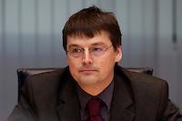 09 JAN 2005, BERLIN/GERMANY:<br /> Kajo Wasserhoevel, SPD Bundesgeschaeftsfuehrer, vor Beginn der Sitzung des SPD Praesidiums zum Auftakt der Klausurtagungen, Willy-Brandt-Haus<br /> IMAGE: 20050109-01-009<br /> KEYWORDS: Präsidium, Kajo Wasserhövel