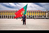 Praça do Comercio<br /> Cette place accueille le palais Royal pendant quatre siecles d'ou le nom sous lequel on la designe encore Terreiro do Paço (terrasse du palais). <br /> C'est en 1511 que Manuel Ier abandonne le Castelo de Sao Jorge pour s'installer sur la rive du Tage.<br /> La place a ete nommee Praça do Comercio pour indiquer sa nouvelle fonction dans l'economie de Lisbonne. <br />  La piece principale de l'ensemble etait la statue equestre du roi Joseph Ier, inauguree en 1775 au centre de la place. <br /> Cette statue de bronze, première statue monumentale dediee a un roi à Lisbonne, a été conçue par Joaquim Machado de Castro, un sculpteur portugais de l'epoque.