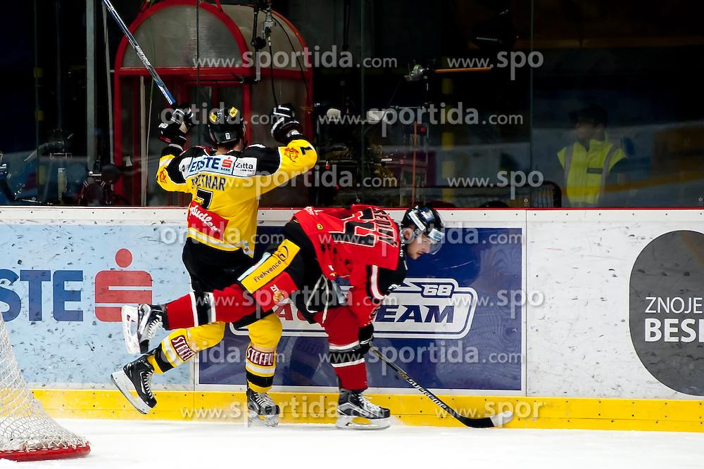 11.10.2015, Ice Rink, Znojmo, CZE, EBEL, HC Orli Znojmo vs UPC Vienna Capitals, 10. Runde, im Bild v.l. Klemen Pretnar (UPC Vienna Capitals) Ondrej Sedivy (HC Orli Znojmo) // during the Erste Bank Icehockey League 10th round match between HC Orli Znojmo and UPC Vienna Capitals at the Ice Rink in Znojmo, Czech Republic on 2015/10/11. EXPA Pictures © 2015, PhotoCredit: EXPA/ Rostislav Pfeffer