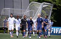 Fussball  FIFA Training 10.08.2013 Symbolbild Nachwuchsspieler tragen ein Tor