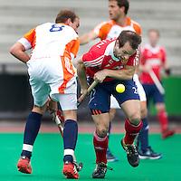 ROTTERDAM - HOCKEY -  ROTTERDAM - HOCKEY -  Billy Bakker  in duel met Nick Catlin (r) vann Engeland tijdens de oefenwedstrijd tussen de mannen van Nederland en Engeland. FOTO KOEN SUYK