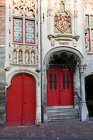 rode deur in gothische gevel, Jan van Eyckplein, Brugge