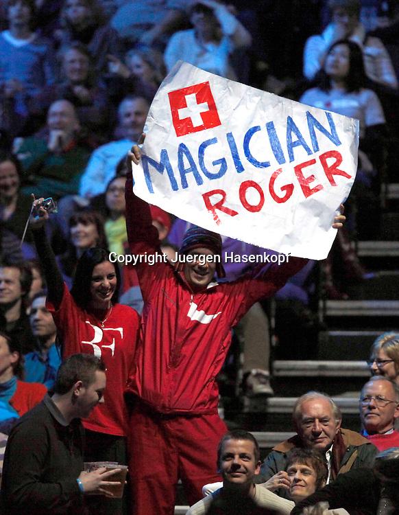 ATP World Tour Finals  2010 in der O2 Arena in London, HerrenTennis Turnier, WM, Weltmeisterschaft, Roger Federer Fans mit Plakat auf der Tribuene