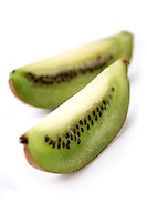 Studio shot og sliced kiwi