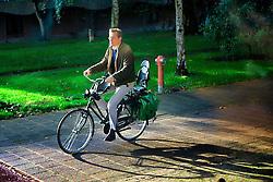 Em Amsterdã a cidade é repleta de ciclovias e, dos 740.000 habitantes, mais de 600.000 são usuários de bicicletas. Para todas as direções que apontam nossos olhares, vemos bicicletas. E não há limite de idade, crianças, jovens, adultos e idosos desfrutam do mesmo meio de transporte.