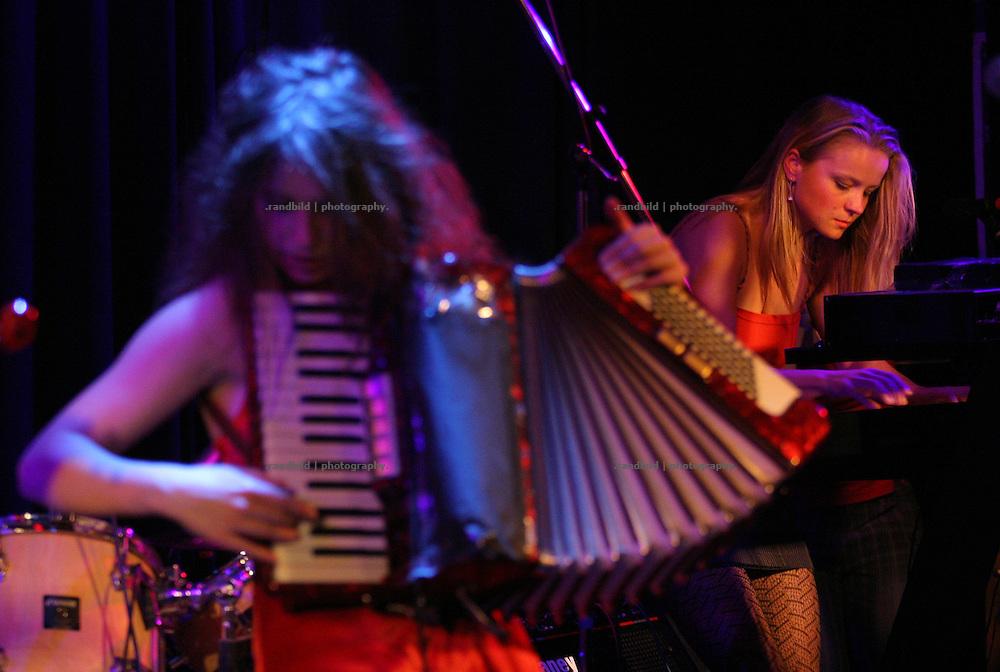 """Die Magdeburger Band """"Celtic Chaos"""" mit ihrem Mix aus keltischen Traditionals und """"Working Class Rap"""" bei einem im Café Grenzbereiche."""