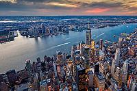 Über den Dächern von New York. Abendlicher Flug um die fantastische Aussicht auf die Skyline von Manhattan zu bewundern und zu fotografieren.