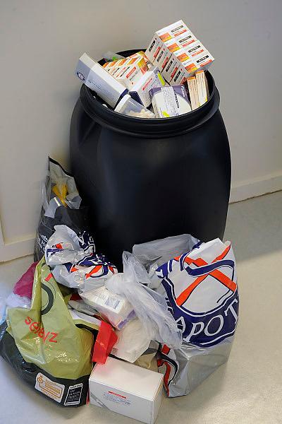 Nederland, Nijmegen, 25-11-2010Geneesmiddelen, medicijnen in een apotheek. Afvalbak met doosjes medicijnen die door gebruikers ingeleverd zijn.Foto: Flip Franssen