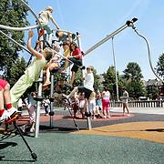 Nederland Rotterdam 3 juli 2006 20060703 Foto: David Rozing ..Kinderen / leerlingen klimmen tijdens de pauze en masse in klimtoestel. Onder het klimtoestel is een zachte ondergrond aangelegd ivm veiligheid. ..Foto David Rozing