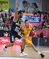 Basketball  1. Bundesliga  2016/2017  Hauptrunde  14. Spieltag  16.12.2016 Walter Tigers Tuebingen - Alba Berlin Davion Berry (re, Tigers) gegen Keem Vargas (li, Alba)