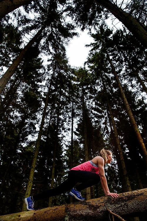Kvinde træner udendørs. stykretræning i skoven som et alternativ til træningscenter - Her er det skovene omkring Århus