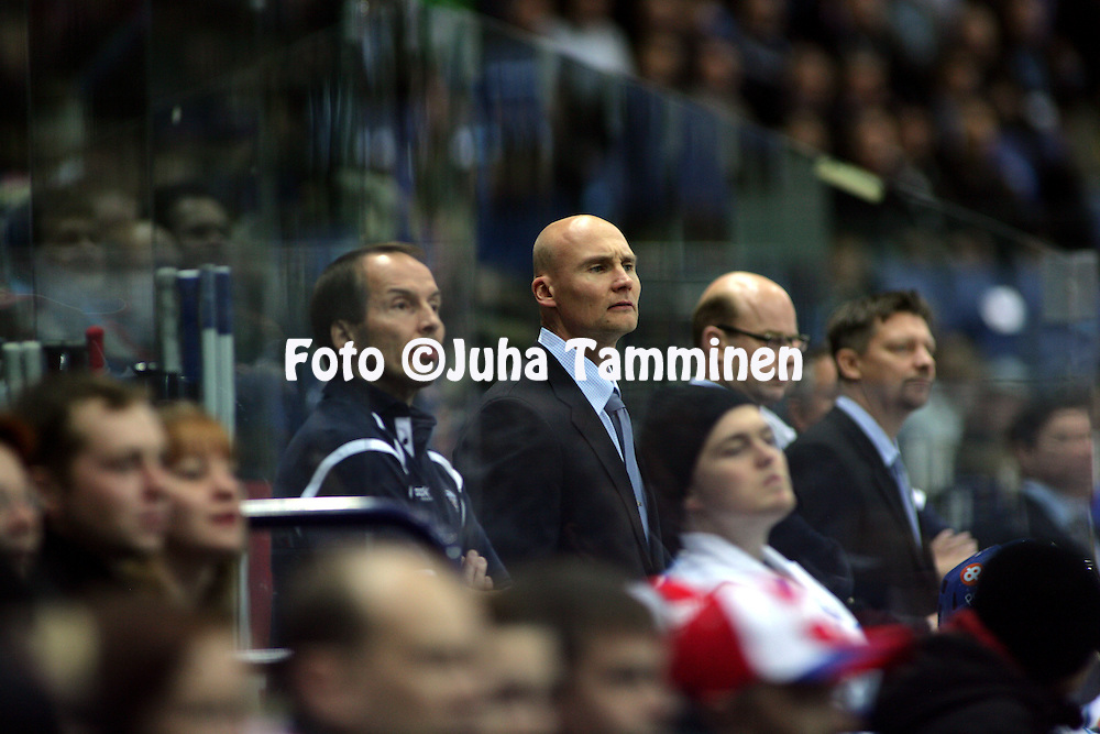 05.11.2009, Hartwall-Areena, Helsinki..J??kiekon Euro Hockey Tour - Karjala-turnaus 2009 .Suomi - Ven?j?.Suomen kakkosvalmentaja Timo Lehkonen vaihtoaitiossa.©Juha Tamminen.