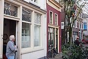 Een man snoeit een boom in Utrecht