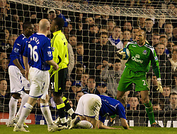 LIVERPOOL, ENGLAND - Thursday, April 17, 2008: Everton's goalkeeper Tim Howard is furious at his defenders during the Premiership match at Goodison Park. (Photo by David Rawcliffe/Propaganda)