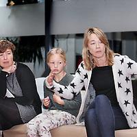 Nederland, Amsterdam , 14 dcember 2014.<br /> De kinderjury tijdens de jurering van de Kindernieuwsfoto 2014 op de redactie van Kidsweek, 7 Days.<br /> Op de foto beeldredacteur Carolien Eernstman van Kidsweek aan het woord<br /> Foto:Jean-Pierre Jans