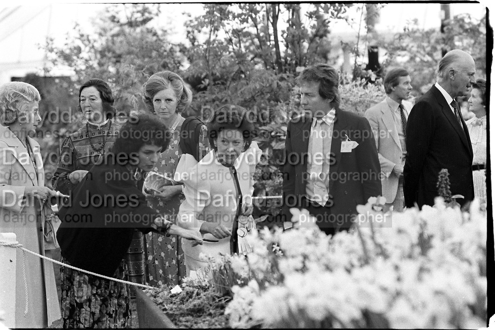 Princess Margaret and Roddy Llewellen at the Chelsea Flower Show. 19/5/1986. © Copyright Photograph by Dafydd Jones 66 Stockwell Park Rd. London SW9 0DA Tel 020 7733 0108 www.dafjones.com