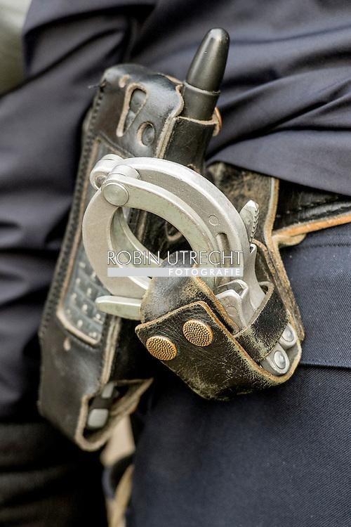 AMSTERDAM - Politie op straat in Amsterdam , survieren , een arrestatie op straat