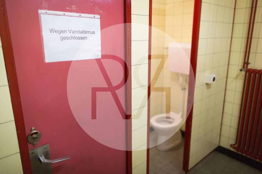 SCHWEIZ - REICHENBACH - Wegen Vandalismus geschlossene Bahnhofstoilette - 03. Dezember 2016 © Raphael Hünerfauth - http://huenerfauth.ch