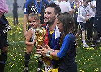 FUSSBALL  WM 2018  FINALE  ------- Frankreich - Kroatien    15.07.2018 JUBEL Weltmeister Frankreich; Torwart Hugo Lloris mit dem Pokal und Kinder