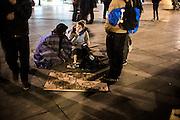 La place de la R&eacute;publique, &agrave; Paris, a &eacute;t&eacute; occup&eacute;e depuis la fin de la manifestation de jeudi 31 mars 2016 contre le projet de loi Travail.<br /> <br /> La Place de la R&eacute;publique &egrave; stata occupata dal movimento &quot;nuit debout&quot; dopo la manifestazione del 31 marzo 2016 contro la legge del lavoro proposta dal ministro El Khomri. Nonostante la polizia abbia sgomberato pi&ugrave; volte la piazza ogni sera la gente si ritrova per discutere e protestare contro le azioni intraprese dal governo francese, ad oggi, 10 maggio 2016, il movimento &egrave; ancora attivo.