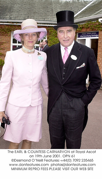 The EARL & COUNTESS CARNARVON at Royal Ascot on 19th June 2001. OPN 61