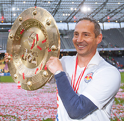 24.05.2015, Red Bull Arena, Salzburg, AUT, 1. FBL, FC Red Bull Salzburg vs RZ Pellets WAC, 35. Runde, im Bild Adi Huetter (FC Red Bull Salzburg, Trainer) mit dem Meisterteller der Österreichischen Bundesliga // during Austrian Football Bundesliga 35th round Match between FC Red Bull Salzburg and RZ Pellets WAC at the Red Bull Arena, Salzburg, Austria on 2015/05/24. EXPA Pictures © 2015, PhotoCredit: EXPA/ JFK