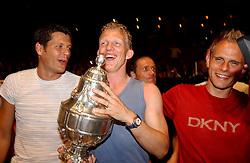 02-06-2003 NED: Huldiging bekerwinnaar FC Utrecht, Utrecht<br /> De spelers en de technische staf kregen een rondrit door de stad in een open Engelse dubbeldekker. Om 20.30 uur keert de stoet terug in Galgenwaard en zal in het stadion de officiële huldiging plaatsvinden / Dirk Kuyt, Stefaan Tanghe