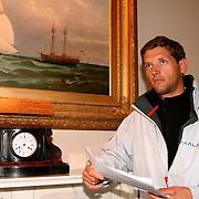 La course des Falaises 2004. Accueillis au  Royal London Yacht Club de Cowes, les skippers assistent ‡ leur dernier briefing avant de mettre les voiles sur la France.