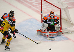 13.01.2017, Albert Schultz Halle, Wien, AUT, EBEL, UPC Vienna Capitals vs Moser Medical Graz 99ers, 43. Runde, im Bild Peter Robin Weihager (Moser Medical Graz 99ers), Kelsey Tessier (UPC Vienna Capitals) und Sebastian Dahm (Moser Medical Graz 99ers) // during the Erste Bank Icehockey League 43rd Round match between UPC Vienna Capitals and Moser Medical Graz 99ers at the Albert Schultz Ice Arena, Vienna, Austria on 2017/01/13. EXPA Pictures © 2017, PhotoCredit: EXPA/ Thomas Haumer