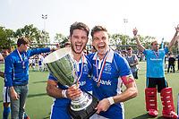 UTRECHT -  Robbert Kemperman (Kampong) met Sander de Wijn (Kampong)  na  de finale van de play-offs om de landtitel tussen de heren van Kampong en Amsterdam (2-1).  rechts keeper David Harte (Kampong) . COPYRIGHT KOEN SUYK