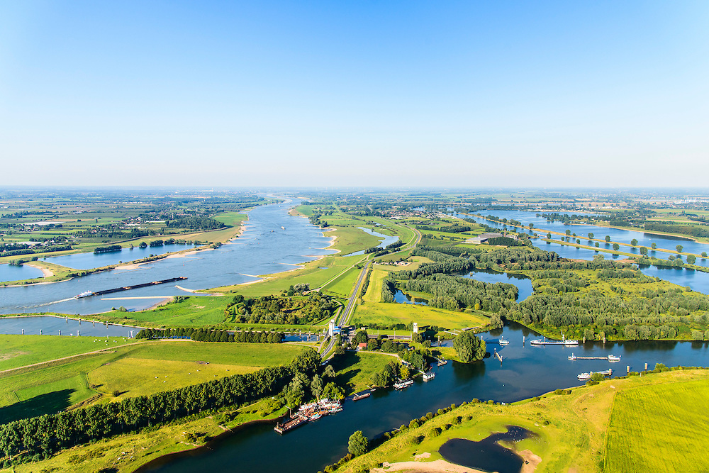 Nederland, Gelderland, Gemeente Maasdriel, 23-08-2016; Heerewaarden, Kanaal van Sint Andries met sluis, verbinding tussen Maas en Waal (links) elkaar bijna raken. Op de landengte ligt ook Fort Sint-Andries<br /> Heerewaarden, where the river Maas (Meuse, right) and Waal almost touch, divided bij a isthmus. In to the canal the lock of St. Andries and an old fortress. <br /> aerial photo (additional fee required); <br /> luchtfoto (toeslag op standard tarieven);<br /> copyright foto/photo Siebe Swart