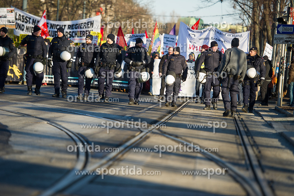 18.12.2017, Ballhausplatz, Wien, AUT, Demonstration gegen die Angelobung der neuen Türkis Blauen Bundesregierung. im Bild Polizisten am Ring // demonstrations against inauguration of the new government of Austrian Peoples Party and Austrian Freedom Party in Vienn,. Austria on 2017/12/18. EXPA Pictures © 2017, PhotoCredit: EXPA/ Michael Gruber
