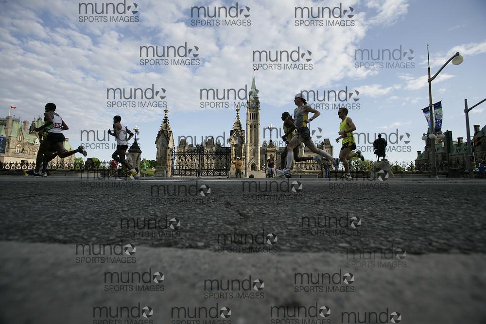 Ottawa, Ontario ---24/05/09--- Runners in the 2009 Ottawa Marathon run past Parliament Hill..GEOFF ROBINS Mundo Sport Images