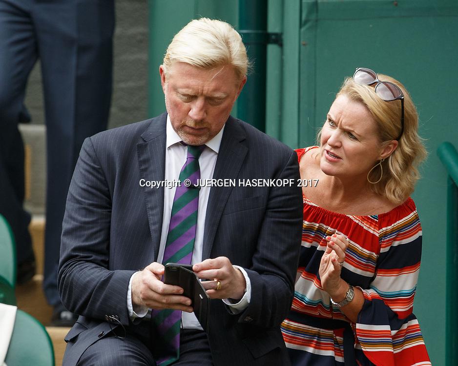 Zuschauerin spricht BORIS BECKER an, der aber ist mit seinem Handy beschaeftigt , TV Kommentator auf dem Centre Court<br /> <br /> Tennis - Wimbledon 2016 - Grand Slam ITF / ATP / WTA -  AELTC - London -  - Great Britain  - 16 July 2017.