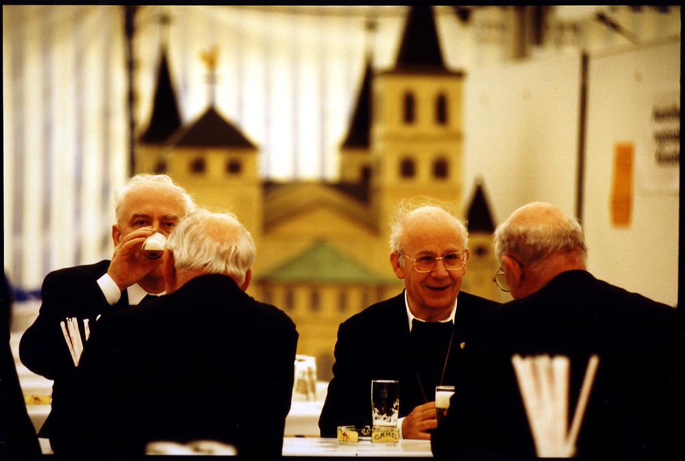 RELIGION / WALLFAHRT zum Heiligen Rock in Trier<br />HIER: Geistliche bei der Mittagspause, unterhalten sich <br />beim Bierchen...<br />Trier 06/1994