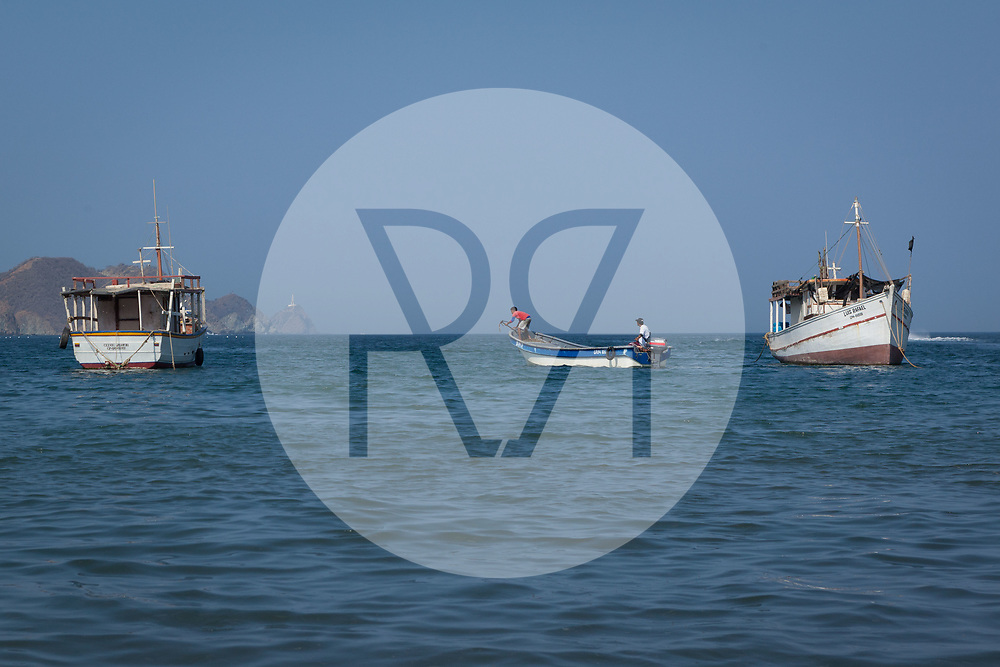KOLUMBIEN - TAGANGA - Drei Fischerboote in der Bucht von Taganga - 5. April 2014 © Raphael Hünerfauth - http://huenerfauth.ch